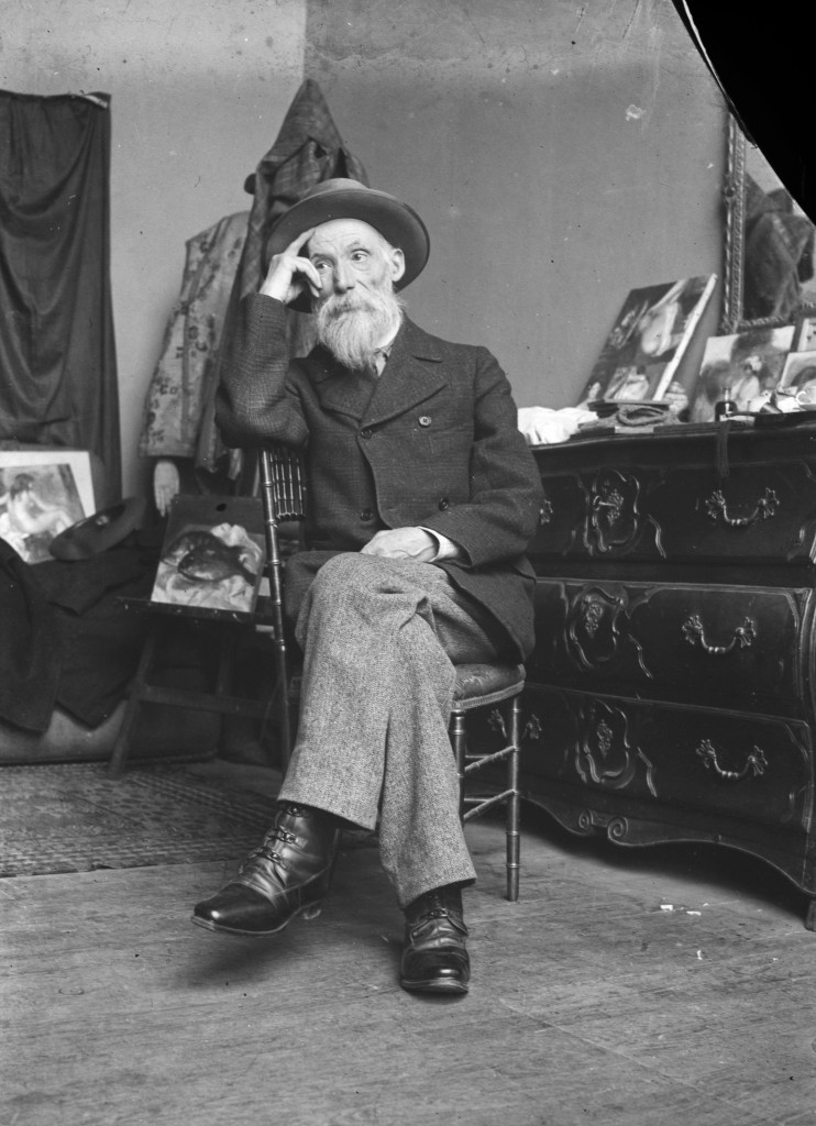 Renoir assis dans son atelier à Paris